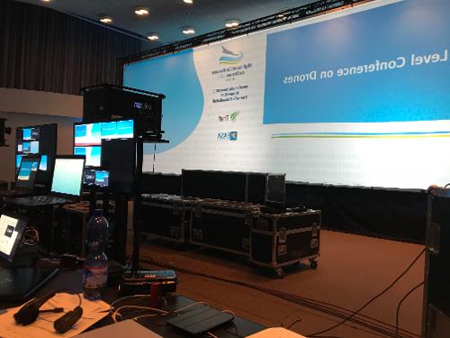 drones-konferenssi-tapahtuma-lavan-takana-teknikot-laitteet-tekninen-tapahtumatuotanto