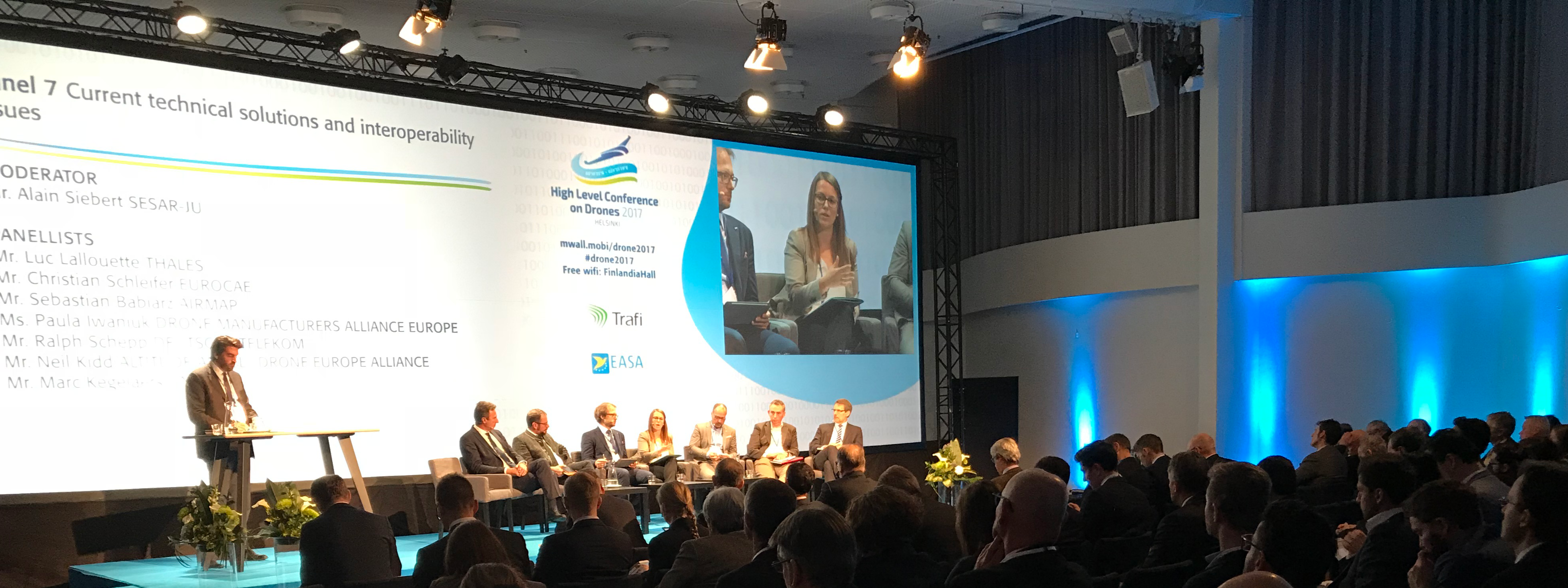 drones-event-tapahtuma-lavalla-konferenssin-panelistit